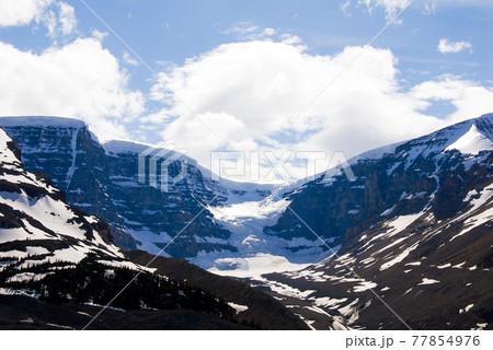 春のカナディアン・ロッキー アサバスカ氷河近くのもう一つの氷河(カナダ) 77854976