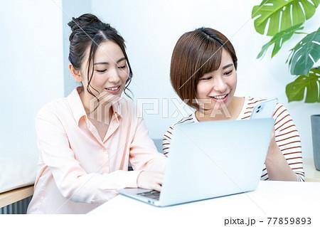 旅行のネット予約をする二人の女性 77859893