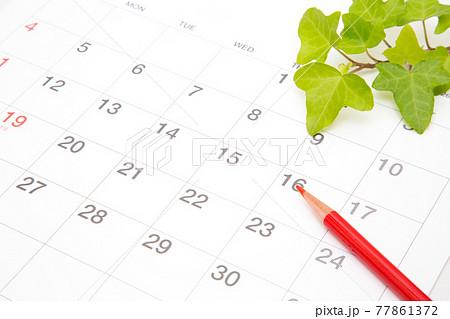 カレンダーと赤鉛筆 スタジオ撮影 77861372