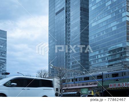東京駅の付近の交差点を通行する車両や通勤者 77862467