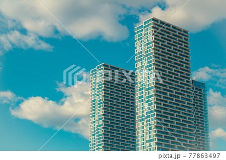 セルリアンブルーの空とビルの背景素材 77863497