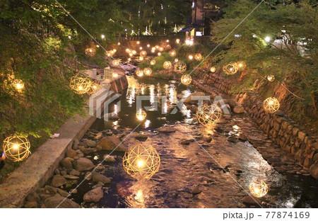 熊本黒川温泉の幻想的な湯あかりのライトアップ 77874169