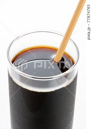 紙製のストローがさされたアイスコーヒー。 77874765