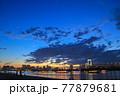 夕暮れ時のお台場の海とレインボーブリッジ 77879681