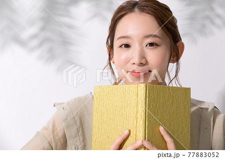 読書をする若い女性のポートレート 77883052