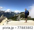 燕岳に登るワイルドな男性 77883802