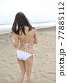 九十九里の海岸でポーズをとる白いビキニ姿の若い女性 77885112