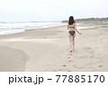九十九里の海岸を走るビキニ姿の若い女性 77885170