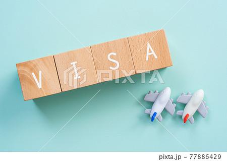 VISA(ビザ)|「VISA」と書かれた積み木と飛行機のおもちゃ 77886429