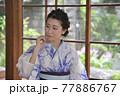 古民家の和室に佇む浴衣姿の若く美しい女性 77886767