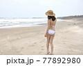 九十九里の海岸でポーズをとるビキニ姿の若い女性 77892980