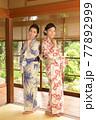 古民家の和室でポーズをとる浴衣姿の美人姉妹 77892999