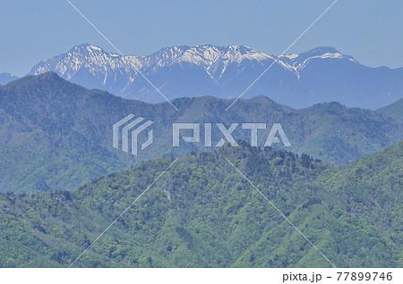 奥秩父の両神山山頂より望む 雪の八ヶ岳連峰の眺望 77899746