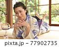 古民家の和室に佇む浴衣姿の若く美しい女性 77902735