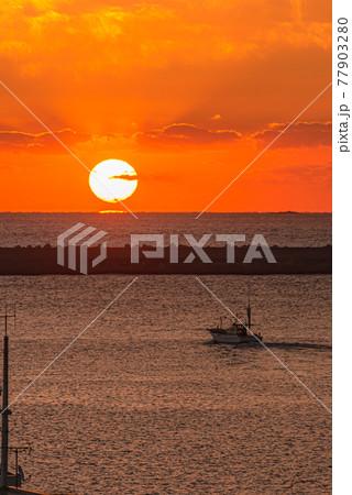 屋久島の朝日と海と港の風景。宮之浦港の夜明け 77903280