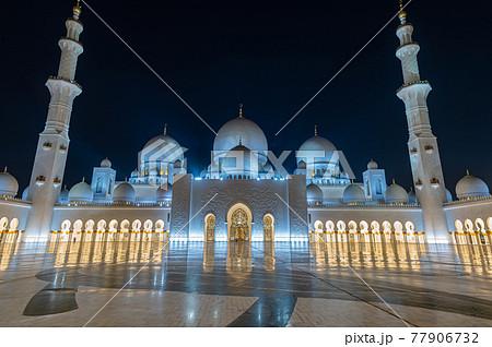 美しい白いモスクと夜景 77906732