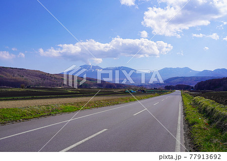 群馬県 田園地帯を走る嬬恋パノラマラインと浅間山 77913692