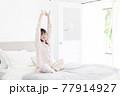 パジャマ姿の女性 77914927