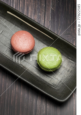 Green and Pink cake macaroons 77922585