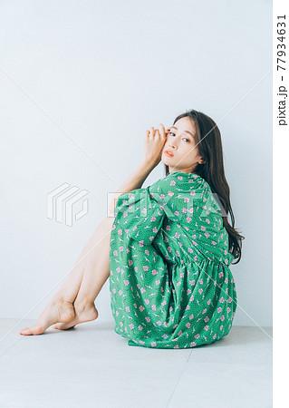若い女性のファッションイメージ 77934631