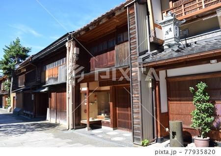 金沢市の街歩きで楽しめる伝統的な街並み 77935820