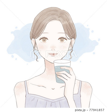 水を飲む女性 77941857