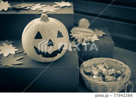 ハロウィンとおもちゃカボチャとお菓子 ハロウィーンイメージ 77942266