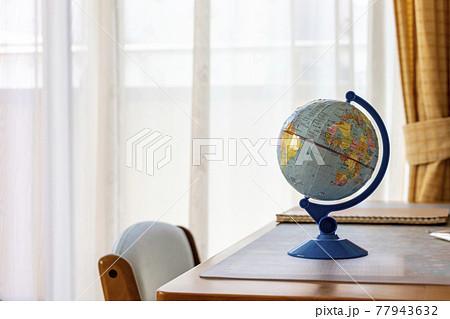 学習机の上に置かれた小さな地球儀 77943632