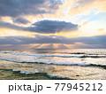 神秘的な日差しの海 77945212
