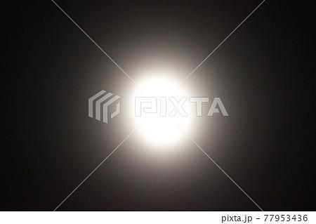 暗闇の中の光源 77953436