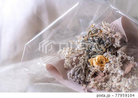 可愛いドライフラワーの花束、ナチュラルな雰囲気、ボタニカルなシーン 77959104