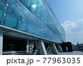 近未来的なガラス張りの建築 77963035