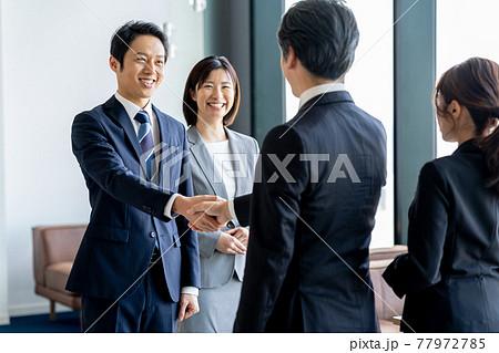 握手するビジネスマン 77972785