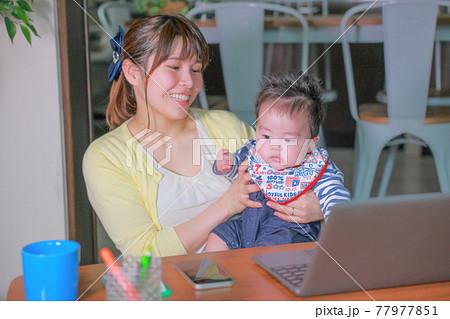 我が子をだっこして嬉しそうなテレワークの母親 77977851