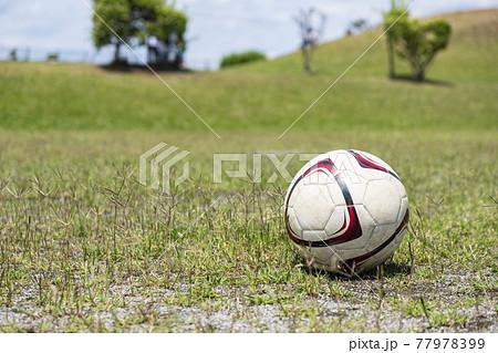 公園でのサッカーボール 77978399