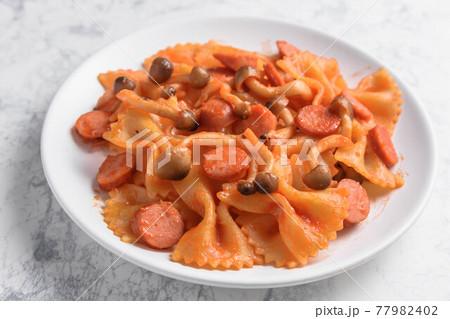ウインナーとシメジのトマトソースパスタ 77982402