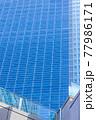 高層ビルの格子状の窓、グラフィック素材 77986171