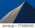 紺色の空と高層ビルの織りなす未来的デザイン、都市景観 77986295