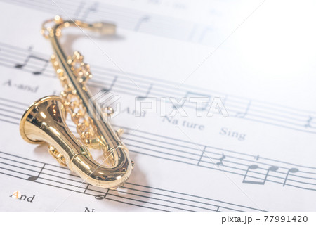 サックス  楽譜背景  室内スタジオ撮影 77991420