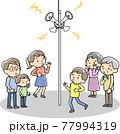 災害時に防災無線から情報を得る人々 77994319