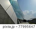 モダンなガラス張りの近代的な建築 77995647