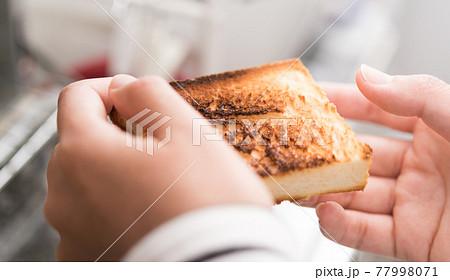 美味しそうな食パン 77998071