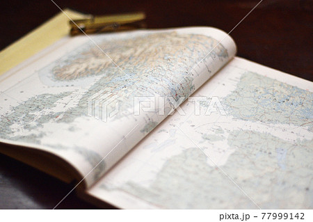北欧のページが開いて置いてある地図帳 77999142