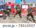 防災訓練で土砂災害の被災者救助にあたる自衛隊員 78010507