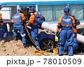 防災訓練で被災車両からの救助を行う警察官 78010509