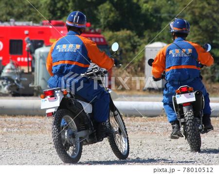 防災訓練で現場の確認に向かう警察官 78010512