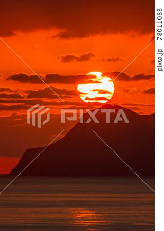 口永良部島に沈む春の夕日。屋久島から撮影 78011083