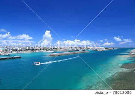 石垣島 サザンゲートブリッジの上から見える海と石垣市街 78013089