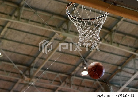 バスケットボールのシュートが入る瞬間のバスケットゴール 78013741