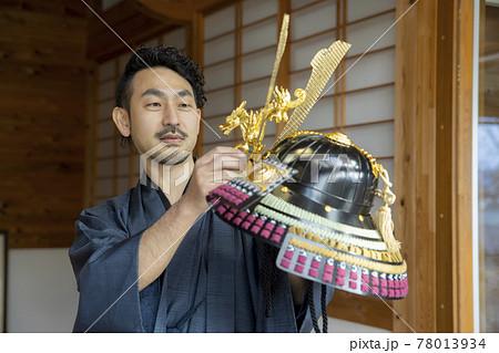 着物の男性 日本家屋 兜 78013934